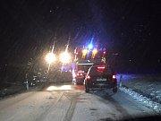 Dopravu u Bavorova směrem na Prachatice ve středu v podvečer komplikuje nejen sníh, ale také nehoda kamionu.