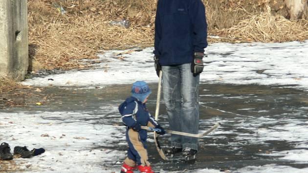 V Prachaticích na Kandlově mlýně bylo hned několik odvážlivců, kteří si zabruslili na ledě.
