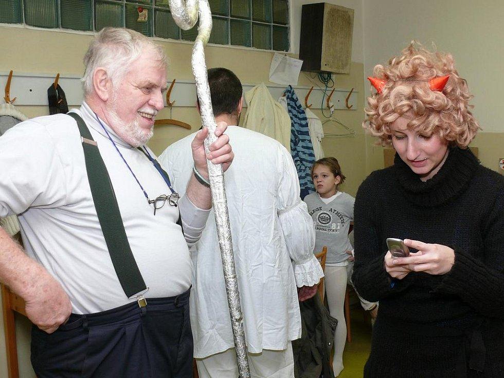 Prachatičtí divadelníci baví lidi v divadle i mimo ně pod zkratkou ŠOS od roku 1992.