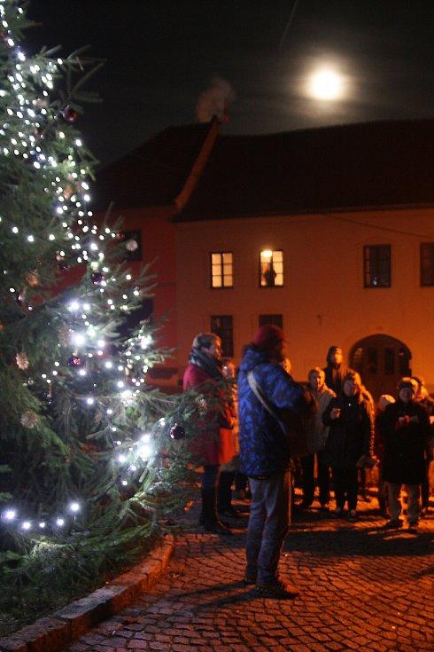 Česko zpívá koledy 2019 pod vánočním stromem v Husinci.