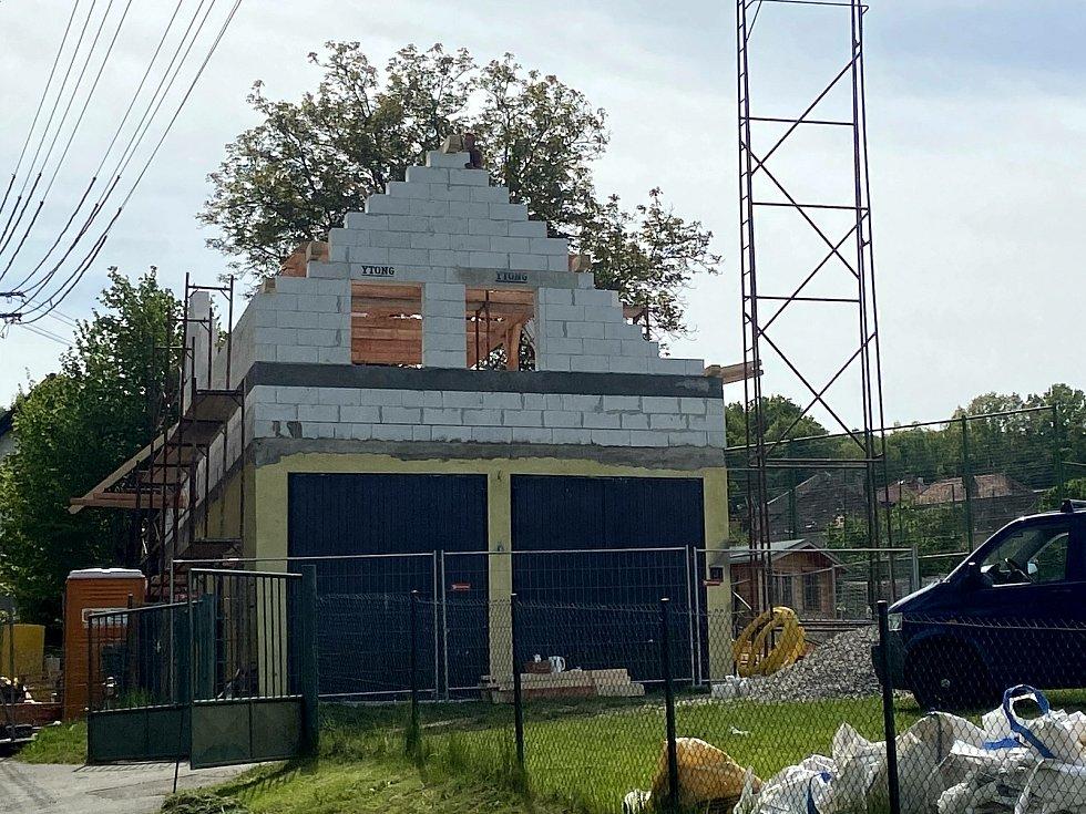 Klubovna v patře hasičské zbrojnice ve Starých Prachaticích poskytne místo pro schůzky mladých hasičů.
