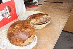 Chléb, houstičky i česnekové placky z lenorské pece opět v sobotu 25. listopadu chutnaly skvěle.