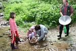 Na Farském potoce poblíž hornické naučné stezky Albrechtovice se v sobotu rýžovalo zlato.