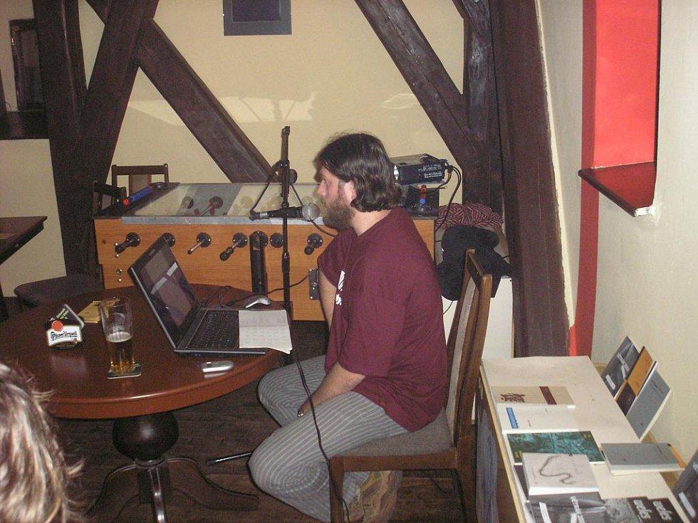 V sobotu večer vystoupil v místním Liberty clubu Vojtěch Kučera, brněnský básník a dřívější šéfredaktor literární revue Weles.