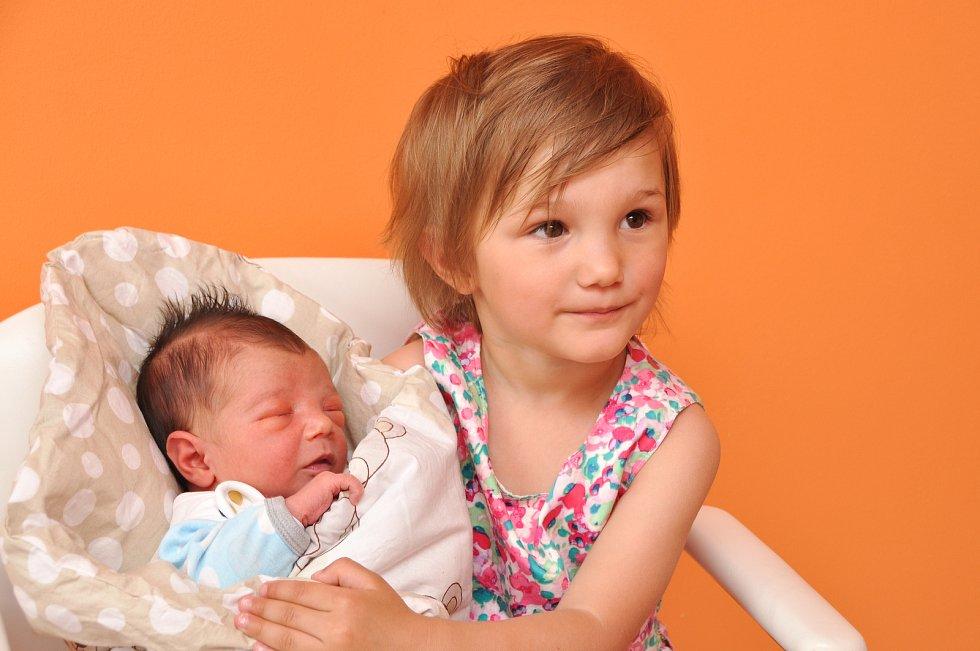 HERBERT RENNER, VIMPERK. Narodil se ve středu 5. června v 8 hodin a 2 minuty ve strakonické porodnici. Vážil 3300 gramů. Má sestřičku Gábinku (2,5 roku).  Rodiče: Vanesa a Herbert. Foto: Ivana Řandová