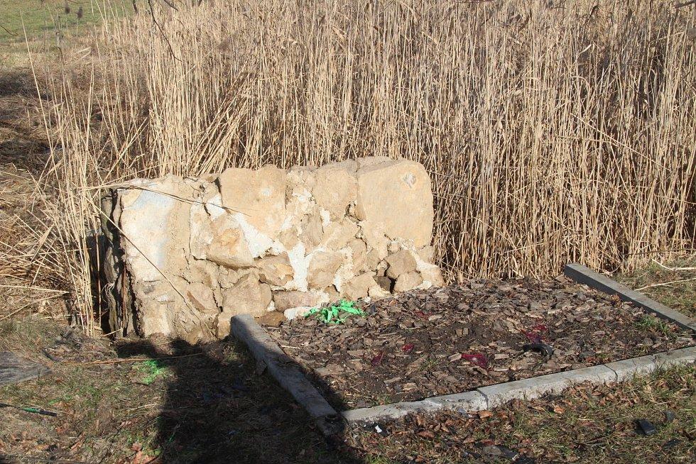 Dopravní nehodou zničený pomník Setkání pěti armád na vitějovické křižovatce U Stopařky.