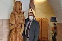 Sv. Jakub zdobí prachatický hospic. Nejen ředitel Robert Huneš z něj má radost.
