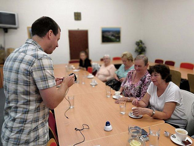 Zástupci společnosti Chytrá péče představili v Prachaticích moderní technologie, které pomáhají seniorům.