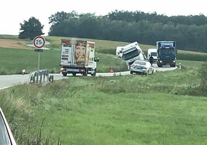 Nehoda nákladního auta u Netolic.