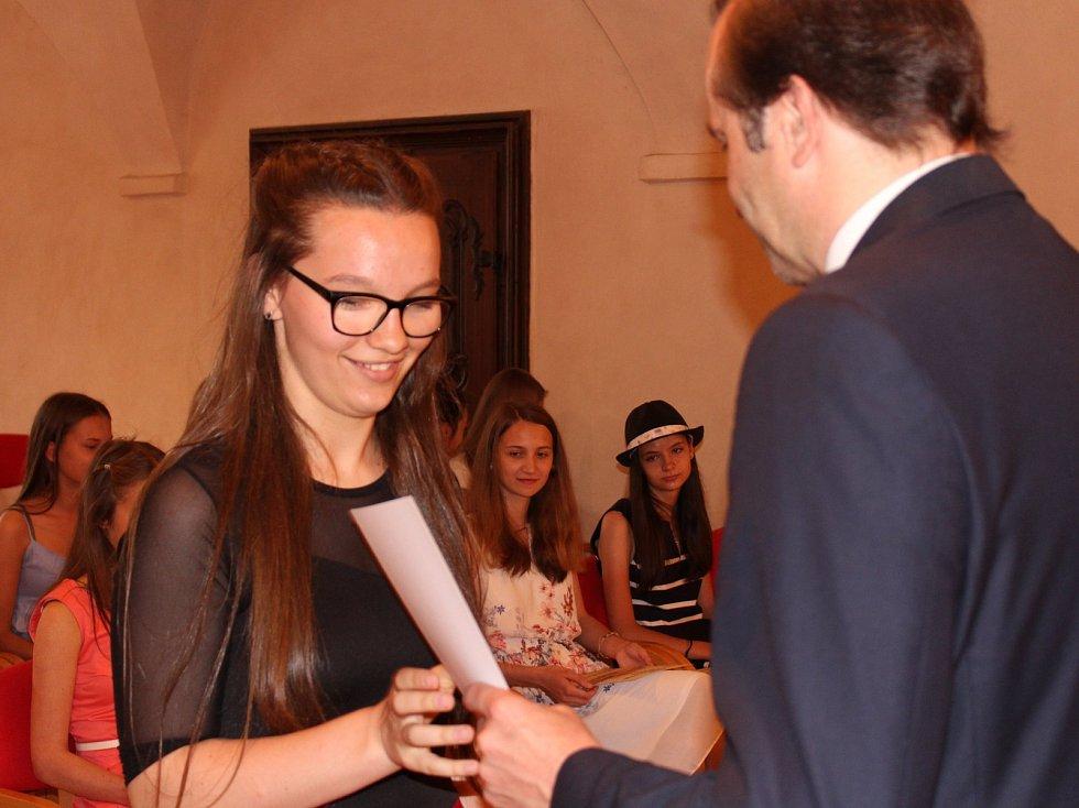 Studenti kvarty prachatického gymnázia převzali v Radničním sále z rukou starosty Martina Malého pamětní listy. Na snímku Barbora Trojanová.