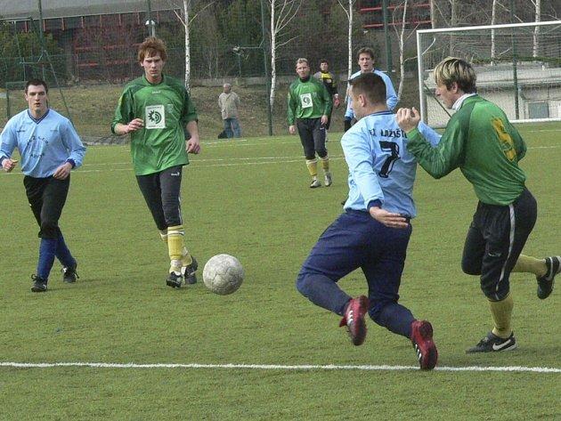 V generálce na start jary vyhrály Prachatice (zelené dresy) nad Lažištěm 4:0.