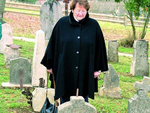 RADOST. Pietního aktu na obnoveném hřbitově se účastnil velký počet německých rodáků. Při troše štěstí se jim podařilo najít hřbitovní kámen z hrobu svých předků.