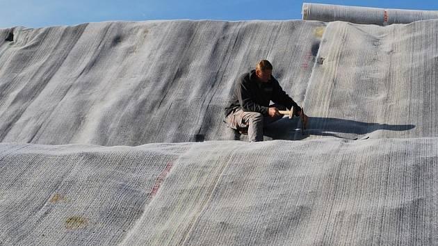 ZABALIT. Sedmdesát tisíc tun odpadu se zabalí do několika vrstev neprodyšného materiálu, spojí s podkladovou vrstvou a hermeticky uzavře. Na to pak přijde vrstva zeminy a nakonec zelená tráva.