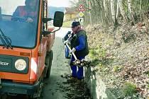 DĚLÁ JEN TEN, KDO OPRAVDU CHCE. Do jarního úklidu se v Prachaticích nepustil žádný z Romů. U místních technických služeb skončili po třech dnech.  Ilustrační foto.