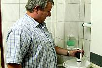 POPULÁRNÍ ZMRZLINA. Vladislav Sýkora při výrobě točené vanilkové zmrzliny, která je v Prachaticích velice oblíbená.