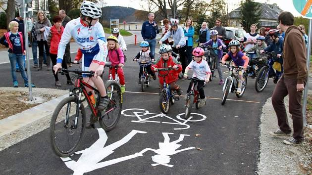 Na novou cyklostezku v Lenoře vyrazili i nejmenší cyklisté. Rovná asfaltová plocha navazuje na stávající cyklotrasy.