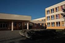 Anonymní telefonát s údajnou bombou ve škole ve Volarech policisté vyřešili.