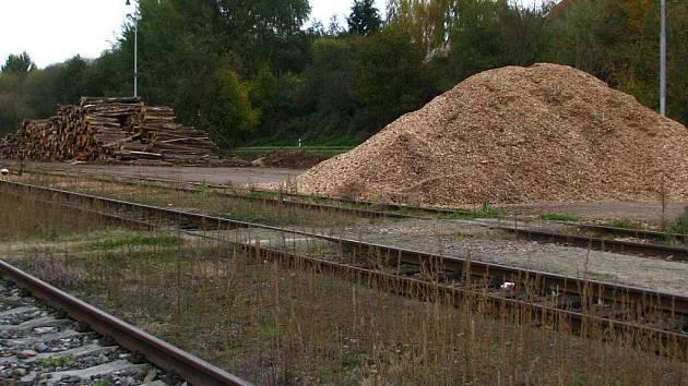 Firma 1. písecká lesní a dřevařská společnost se brání, že štěpkování v Netolicích provádí jen nahodile a v dopoledních hodinách. Například včera byl u nádraží klid.