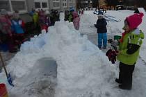 Děti ze zdíkovské mateřinky si stavěly ledové království.
