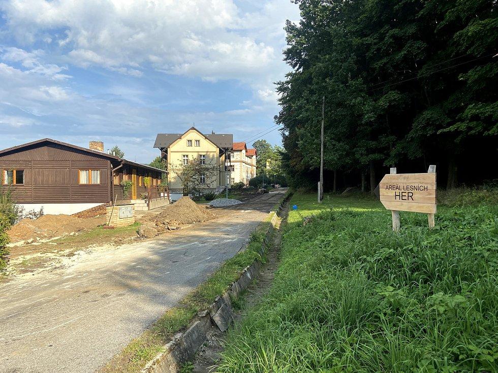 K Areálu lesních her je objížďka. Opravuje se přístupová komunikace.