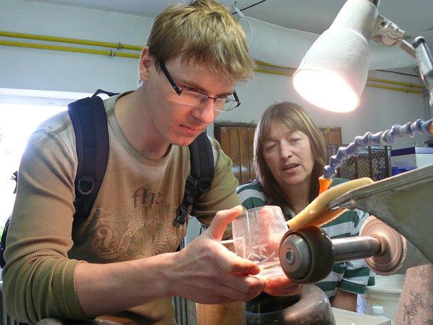 Práci brusičů skla si mohou vyzkoušet i návštěvníci lenorských Slavností chleba.