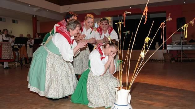 Libín-S připravil pro své příznivce na neděli vzpomínkové odpoledne věnované účasti na mezinárodním folklorním festivalu v USA. Představil také dvě novinky svého repertoáru. První byl čistě ženský tanec Čížeček.