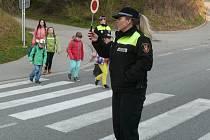 Každé ráno pomáhají strážníci prachatické městské policie školákům přes přechod ve Vodňanské ulici.