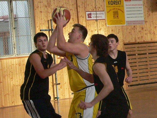 Vimperští basketbalisté (ve žlutém o víkendu porazili oba celky Písku.