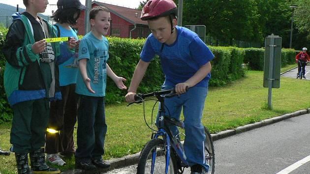 Místo školní lavice navštívili žáci druhé třídy ze ZŠ Vodňanská dopravní hřiště.