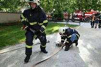 RYCHLÝ ZÁSAH NA ZÁMKU. Netoličtí a petrodvorští hasiči v pátek vpodvečer na zámku Kratochvíle ukázali, jak vypadá profesionální zásah. Cvičení bylo pro všechny úspěšné.