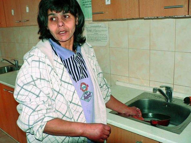 """SHÁNĚJÍ NÁDOBÍ. V prachatickém domu pro matky s dětmi je největší poptávka po kuchyňském nádobí. """"Jsem tu spokojená,"""" řekla už před časem jedna z maminek."""