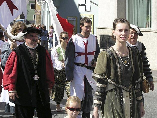 HISTORIE VE MĚSTĚ. Průvod v ulicích Vimperáky moc nechytil, a tak situaci zachránila jen účast pořadatelů a účinkujících společně s početným doprovodem hostů z Freyungu v čele se starostou Peterem Kasparem.