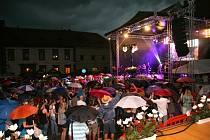 Hlavním hostem sobotního večerního programu Slavností Zlaté stezky v Prachaticích byla slovenská kapela No Name. I ona musela částečně své vystoupení zkrátit, další účinkující se už svého publika nedočkali.