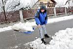 """Manželé Jiří a Darina Hodinavi ze Strunkovic nad Blanicí odklízeli těžký sníh a doufali, že elektřina půjde do oběda. Darina Hodinová: """"Tolik sněhu si nepamatuji za celou dobu, co tu bydlím. Měli jsme od mojí maminky navařeno, tak jsme až takovou starost"""