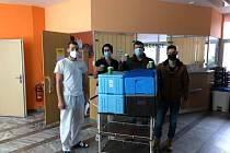 Zdravotníkům do prachatické nemocnice posílají Prachatičtí kávu.