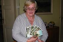 Jana Trajerová je sběratelkou pohlednic.