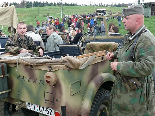 Stovky lidí viděly v sobotu na Kvildě i ukázku bitvy. Po ní si mohli v klidu prohlédnout vojenskou techniku.