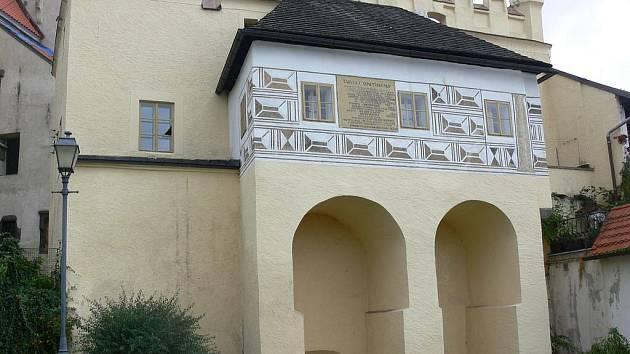 Prachatická městská škola sídlila od 14. století v domě s č.p. 30. I ona vzala za své při požáru města v roce 1832 .