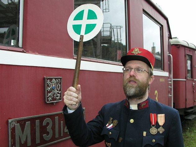 ředseda spolku Roman Hajník vypravuje speciální historický vlak. Do soupravy zařazený motorový vůz si zahrál jednu z nezapomenutelných rolí v  Troškově komedii