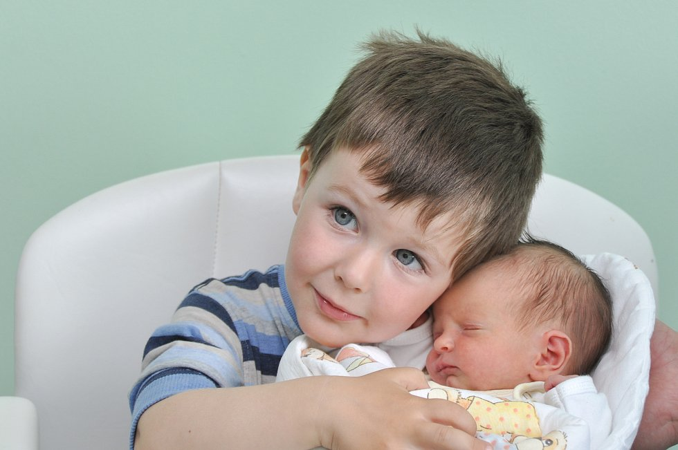 ELIŠKA SEDLÁKOVÁ, ŠUMAVSKÉ HOŠTICE. Narodila se v pátek 24. května v 0 hodin a 43 minut ve strakonické porodnici. Vážila 2540 gramů. Má brášku Ondřeje (2,5 roku).