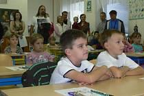 S prvňáky šli do školy včera i jejich rodiče.