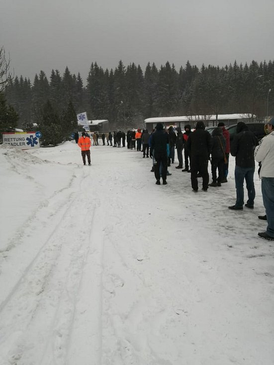 Fronta dlouhá kilometr se v sobotu 23. ledna táhla před testovacím místem na hraničním přechodu Strážný - Philippsreut.