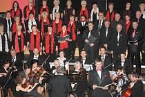 Tečku za adventními koncerty v Prachaticích udělala Česká mše vánoční v podání Pošumavské komorní filharmonie, sboru Česká píseň a pozvaných sólistů.