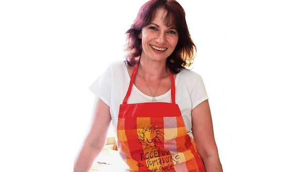 SBÍRÁ A VAŘÍ.  Usměvavá dáma Lucie Kohoutová sbírá recepty ze Šumavy, některé pak upravuje, aby chutnaly dnešním mlsným jazýčkům, ale i vyhovovaly nabídce v obchodech.