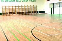 Před několika dny firma dokončila podlahu ve velké sportovní hale.