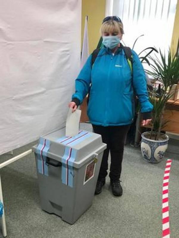 Ve Kvildě lidé volí v druhém kole nového senátora. Jako tradičně první do volební místnosti vešla Jaroslava Orságová. Teprve po ní mohl svůj hlas do urny vhodit kvildský starosta Václav Vostradovský.
