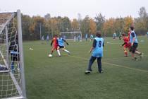 Školní fotbalisté bojovali o kraj.