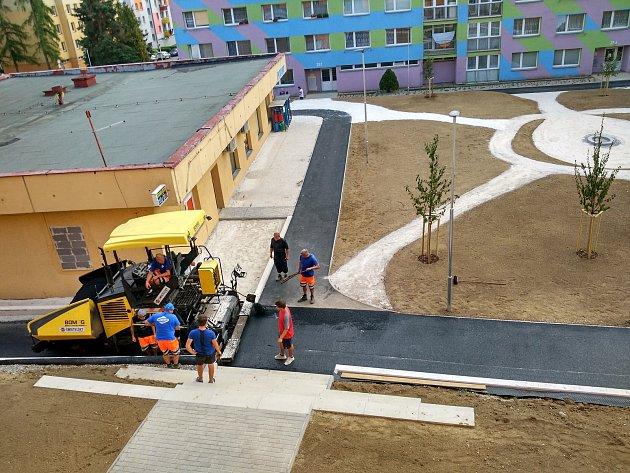 Úpravy prostor mezi panelovými domy ve Volarech jsou u konce.