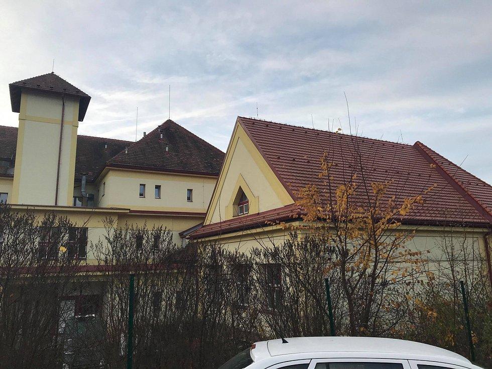 Půda ZŠ Vodňanská, která se změní v nové učebny.