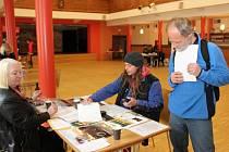 Ve středu měli lidé hledající práci možnost seznámit se s nabídkami firem v sále prachatického Národního domu.